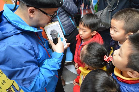 小朋友们津津有味地听着老师讲课,学习交通安全知识