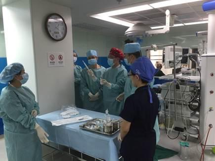 学员们在模拟环境下进行肺小结节取样的学习和操作