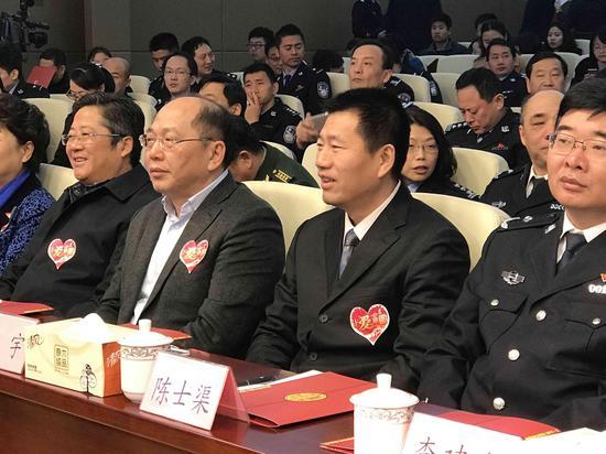 图为:中国社会福利基金会副秘书长杭宇(中),公安部刑侦局副巡视员陈士渠(右)在活动现场。