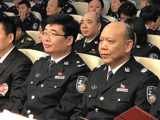 图为:公安部刑侦局副巡视员陈士渠(左),安徽省副省长、省公安厅厅长李建中(右), 在活动现场。