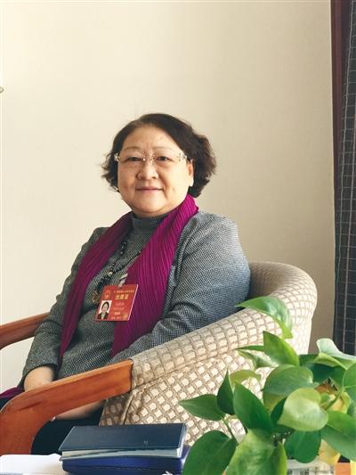 孙晓梅,第十一届、十二届全国人大代表,中华女子学院教授。长期从事妇女儿童问题研究,自上世纪90年代初,就致力于推动反家庭暴力立法。新京报记者 贾世煜 摄