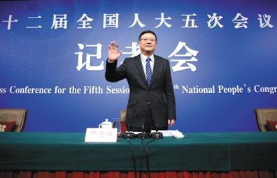 昨日,北京梅地亚中心,十二届全国人大五次会议记者会,环保部部长陈吉宁向记者挥手致意。新京报记者 薛珺 摄