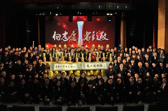 百名乡村教师与志愿者等合影 图片来源:首席摄影师洪丽丽