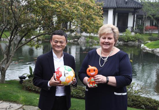 """4月9日,马云在阿里巴巴西溪园区接待了一位特殊的""""同事"""",联合国可持续发展目标倡导者、挪威女首相埃尔娜·索尔贝格。"""
