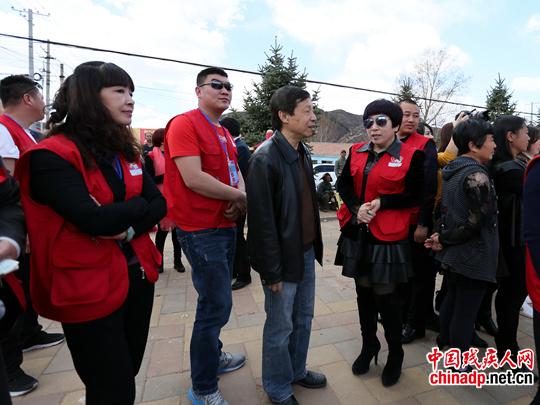 """中国残疾人杂志社社长倪林与当地志愿者组织""""小雨滴""""负责人进行交流"""