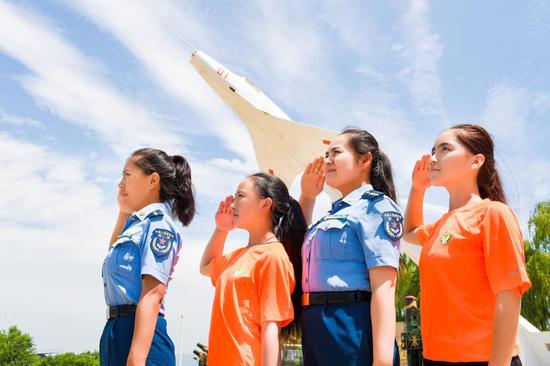 玉卓玛、米合伦沙与春蕾女童们一起向我们的祖国和空军敬礼 王鑫 摄影