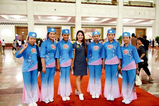 胡亮,曾经的春蕾女童成了黑龙江广播电台的一名优秀的主持人。在春蕾女童夏令营期间她担任辅导员。 王鑫 摄影