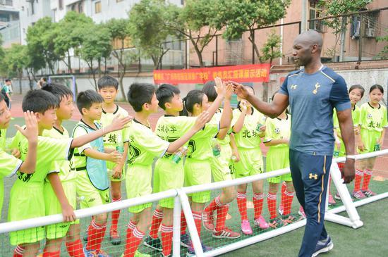 热刺教练的到来受到了小球员的热烈欢迎