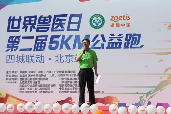 中国兽医协会秘书长辛盛鹏主持开幕式