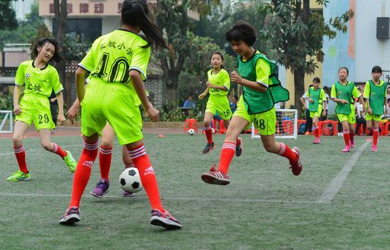 小足球女将在实战中掌握培训精华