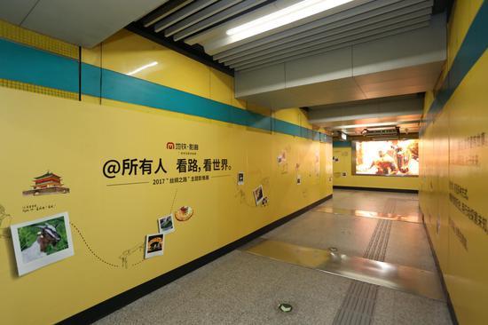 乘客在4号线宣武门站内,足不出地铁即可感知、体验丝绸之路沿线国家的风情文化