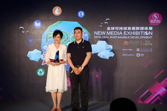 首都互联网协会副秘书长吴兆双为梁丹妮颁奖