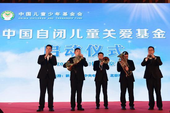 中国自闭儿童关爱基金实践基地上海曹鹏天使知音沙龙的孩子们和老师一起表演节目