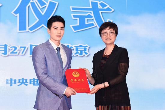 邓丽为中国自闭儿童关爱基金爱心传播大使陈学冬颁发荣誉证书