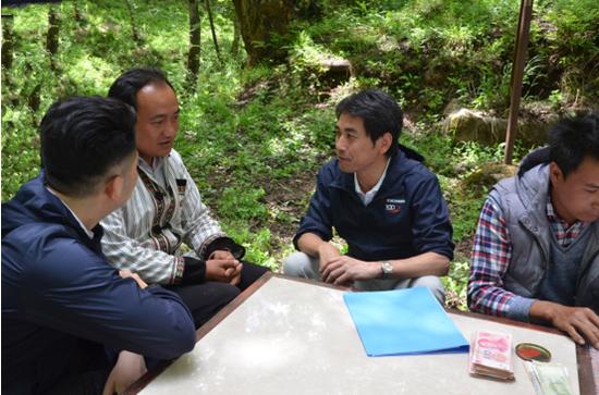 近藤董事长(右二)在村寨银行还款现场