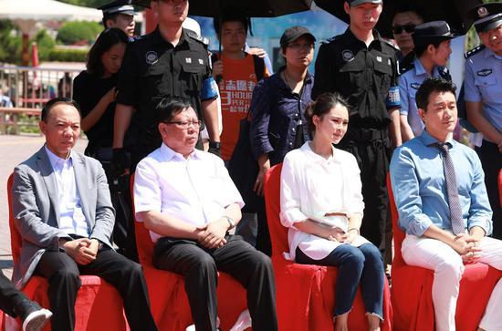 左起:家园网发起人杨波、中国社会福利基金会理事长戚学森、关悦、佟大为