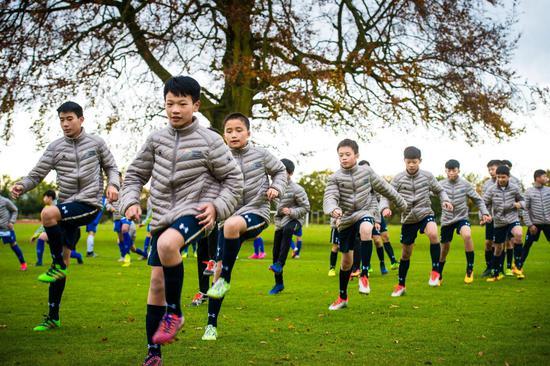 捷豹足球小将正在接受热刺青训专业培训