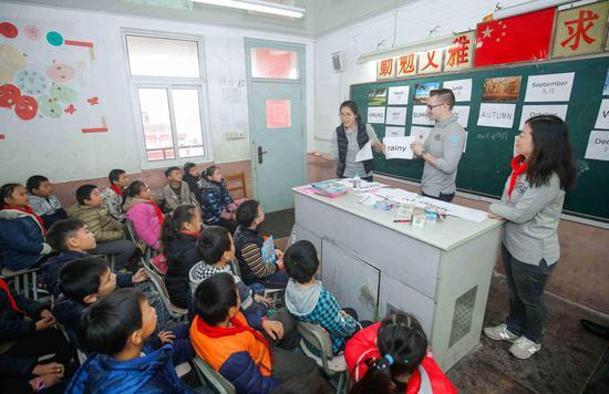 梦想1+1的员工志愿者为民办学校的孩子们教授趣味英语课