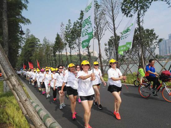 武汉志愿者沿着东湖徒步