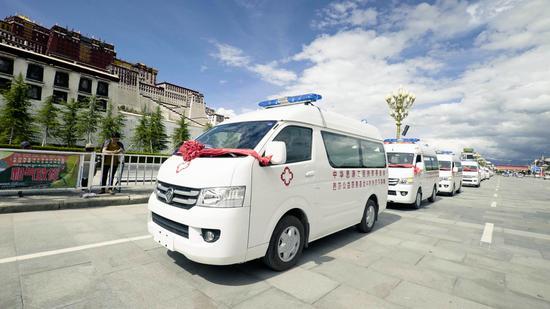思源芭莎救护车通过布达拉宫广场奔赴西藏受助地区