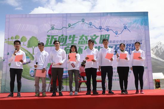 大学生志愿者代表共同宣读环保倡议书