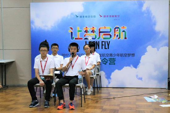 """""""航空梦之夜""""汇报演出中,来自桂林和西安学员通过情景剧表演展望了他们对于提升未来飞行体验的设想"""