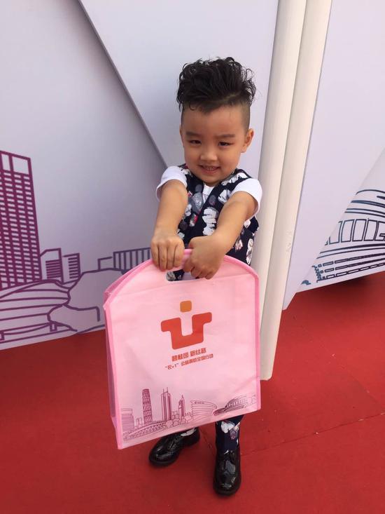 北京赛区参加选手参与衣+1 公益活动