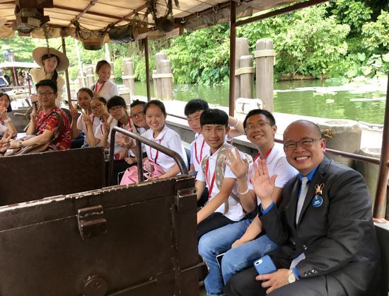 夏令营学员在迪士尼亲善大使的带领下体验乐园多个精彩项目