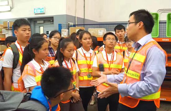 在国泰航空货运站,夏令营学员对航空货运领先技术有了更直观的体验