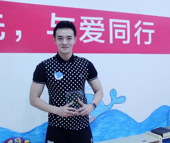 初俊辰李亨挺身为公益代言, 冒酷暑践行责任
