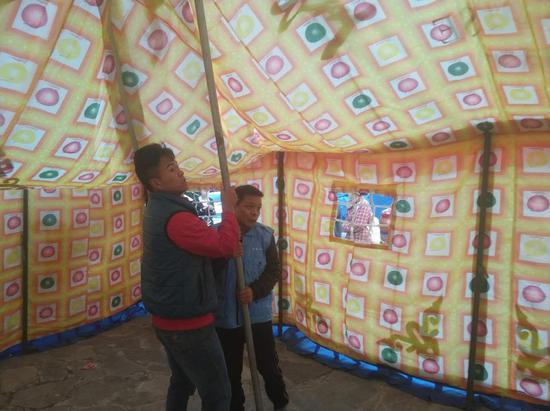 壹基金志愿者在搭建救灾帐篷