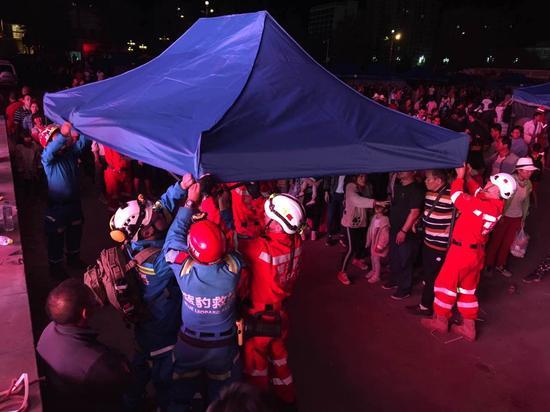 前线救援队员联合作战,在九寨沟县广场搭建临时安置帐篷30余顶,分流滞留旅客3000余人次,保障旅客安全。
