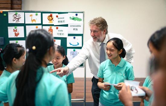 捷豹路虎中国首席财务官李大龙(Richard Shore)先生为雅安捷豹路虎希望学校的女孩们带来了一堂别开生面的英语课