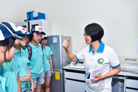 """"""" 菁�k榜样""""大熊猫研究员周应敏与希望学校的孩子们分享自己的职场故事"""