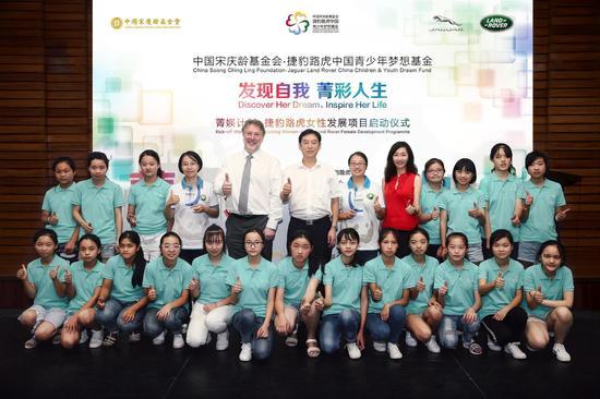 """被授予"""" 菁�k榜样""""称号的第一批女性代表将通过"""" 菁�k计划""""的交流平台激发当地青少年女性的职业理想"""