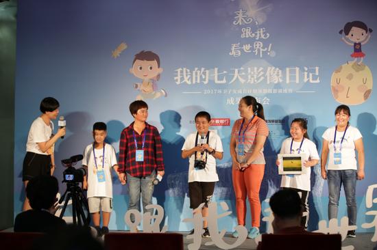 """摄影训练营""""大咖导师""""王久良在现场与孩子们进行问答互动"""