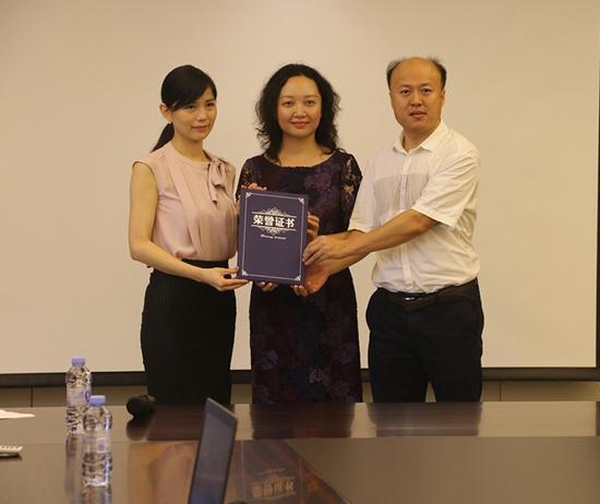 陈励主任、孙飞秘书长向启元集团颁发捐赠证书