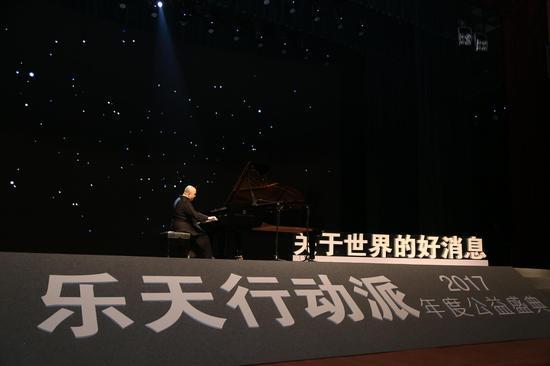 著名钢琴家孔祥东演奏开场音乐