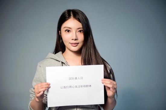 演员王迅、徐冬冬参与公益视频拍摄,呼吁社会关注听障群体。
