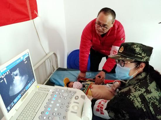 徐镱轩在筛查现场安慰小学生:不要紧张,配合医生检查