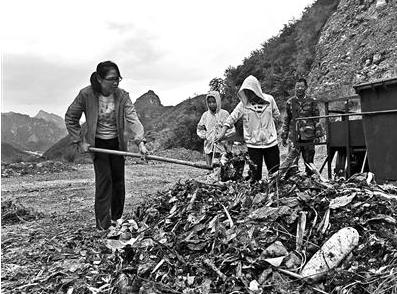 陈立雯在用回收的厨余垃圾进行堆肥