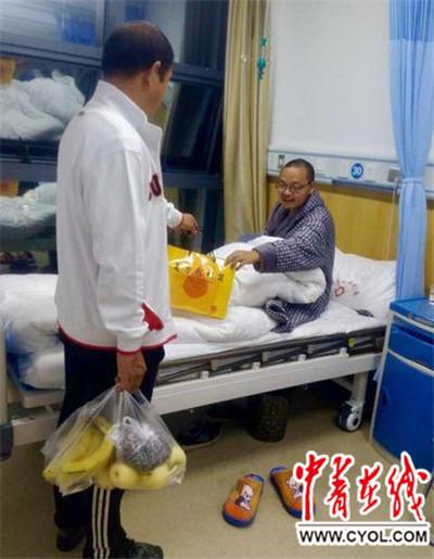 爱心人士来医院看望、陪护向延海。