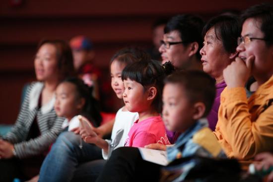 颁奖典礼上,小朋友们目不转睛的观看着充满童趣的儿童剧表演
