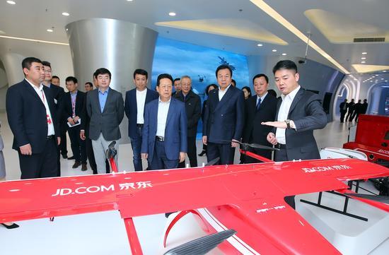 陈昌智副委员长、李晓林秘书长等领导参观京东企业展厅