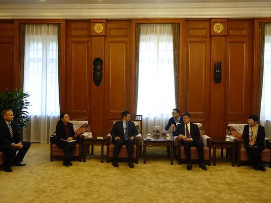 联合国难民署驻华代表Francis Teoh先生与全国对外友协秘书长、 中国友好和平发展基金会理事长李希奎先生在签约仪式前会谈