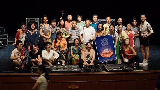 由20个普通北京人出演的中法合作现代舞《精彩必将继续》在蓬蒿剧场上演。图为演职人员合影留念。