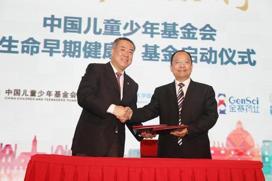 中国儿童少年基金会秘书长朱锡生、上海交通大学医学院附属新华医院院长孙锟教授代表双方签订合作协议