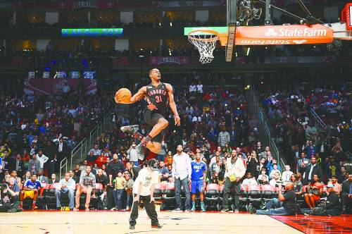 猛龙队的特伦斯·罗斯在扣篮大赛中。