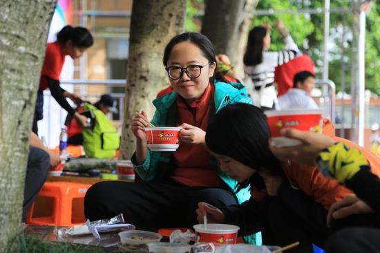 参加公益徒步的选手现场吃到真功夫营养热饭
