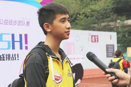 优秀学生志愿者潘尚德现场接受媒体采访